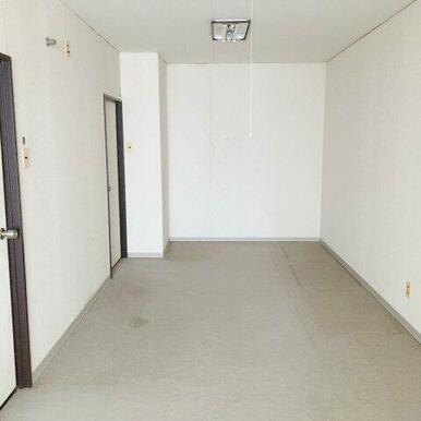 9.7帖洋室。扉が2つあり、2部屋に分割可能!