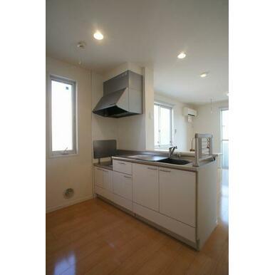 【キッチン】吊戸棚のないオープンカウンターキッチンは、開放的で明るい雰囲気の空間を演出します♪