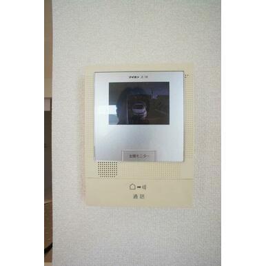 【TVドアホン】お部屋にいながら来訪者の顔を見て話ができるモニター付きインターホンで防犯面も安心♪