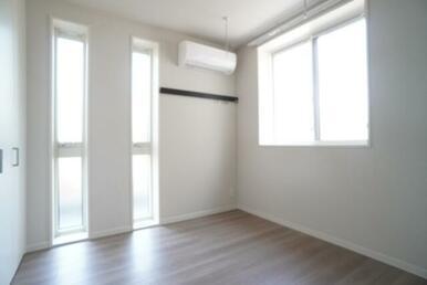 【洋室】4.56帖のお部屋です☆こちらのお部屋にもエアコンが御座います☆ 壁際には化粧幕板があります