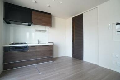 【LDK】床材は高級感のあるフローリング仕上げ♪ キッチン換気扇は薄型を採用しスタイリッシュな仕上が