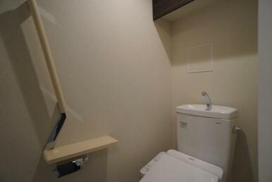 【トイレ】温水洗浄機能付きです♪ 上部にはペーパーストック等出来る棚が御座います☆