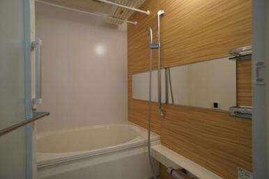 【浴室】暖かみのあるアクセントパネルでホッと息抜きを♪ 『浴室乾燥機』&『追いだき機能』付きです☆