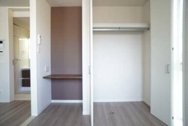 【洋室】近年増加している在宅ワークスペースを採用☆ また、ハンガーパイプ付収納も御座います♪