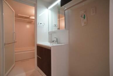 【脱衣所】三面鏡タイプの独立洗面台が御座います☆ タオルなどを収納出来る棚もあり便利です♪