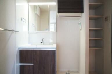 【脱衣所】三面鏡タイプの独立洗面台が御座います☆ タオルなどの収納に便利な棚も御座います♪