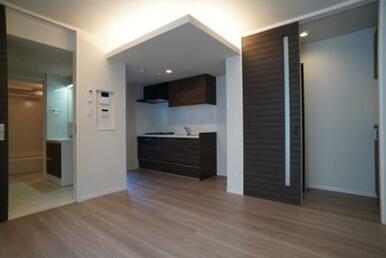 【LDK】キッチン上部の天井に段差を付け、間接照明を採用♪ お洒落な空間を演出致します♪