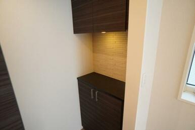 【玄関】上下セパレートタイプの収納が御座います☆ 中央の空間に小物を置く事も出来ます♪