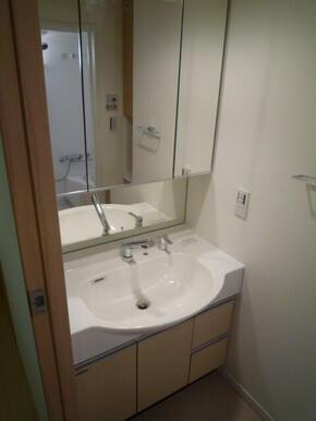 鏡が大きく使い勝手の良い洗面化粧台