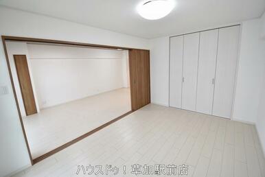 リビングにつながる7.4帖の洋室です!バルコニーに面しているので光がたっぷり入ります♪寝室としても…