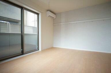 【洋室】8.1帖の洋室です。壁にはお洒落なアクセントクロスが貼られております!!