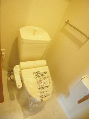 温水洗浄便座付トイレ!収納棚付♪♪