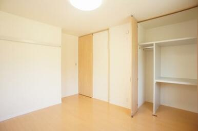 ☆洋室別アングル☆奥行きのある収納に加え、壁にはハンガー等が掛けられるレール付きです☆