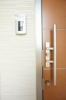 ☆防犯対策☆テレビモニター付きインターフォンに加え、1キー2ロックのチェンジキーシステム玄関錠を採用