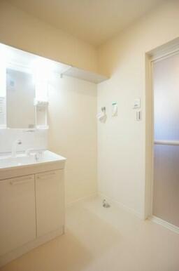☆洗面所☆独立洗面化粧台や洗濯機置き場、タオル掛け等備えております☆
