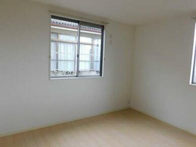 白を基調とした清潔感のあるお部屋になっております♪
