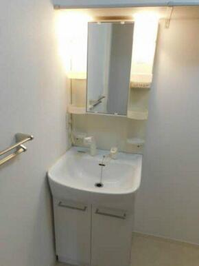 シャワー水栓付なので、朝などの頭だけ洗いたい時間などにとても便利です!