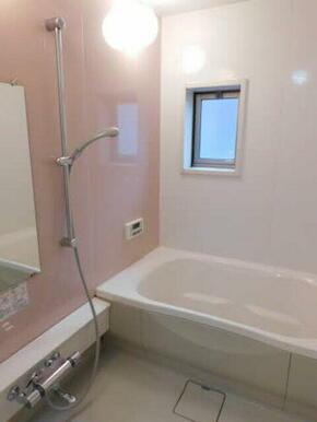 ゆったりめの浴槽で足を伸ばしてのんびりとリラックスタイムをお楽しみください♪