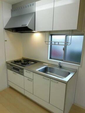 キッチンスペースが隅にありますので、リビングを広々使えます