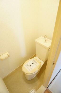 奥行きにゆとりがあるトイレ、開放感があります