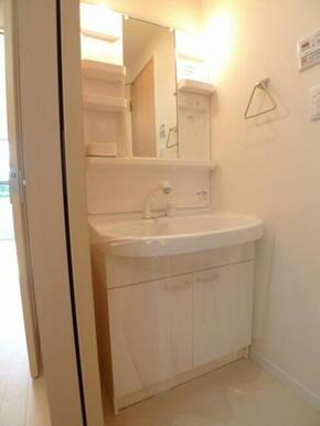 独立洗面化粧台☆ハンドシャワー付きです