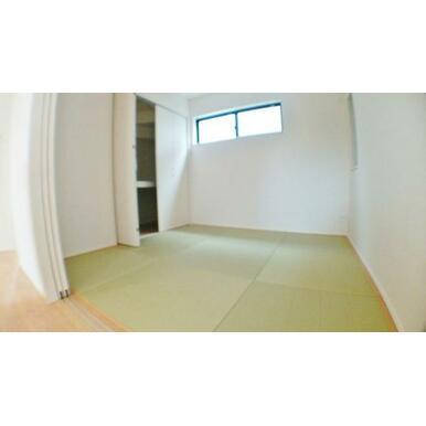 【洋和室】 来訪時や、家事スペースとしても使える洋和室!