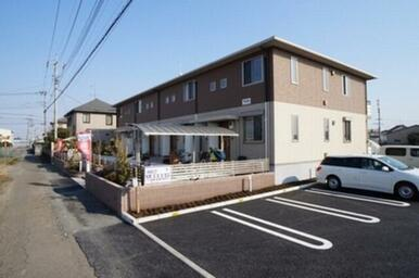建物横に専用駐車場を配置。ゆとりのある敷地計画は郊外型賃貸ならではです。