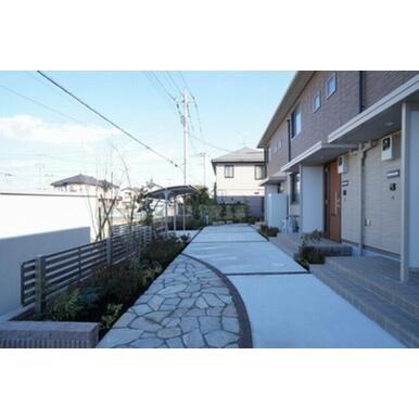 玄関アプローチにはデザインされたスタンプクリートを採用。足元に彩りを添えます。