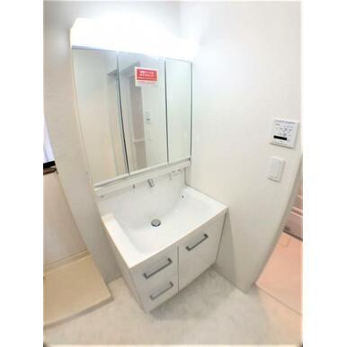【洗面所】大きくて見やすい3面鏡で身支度もスムーズ!