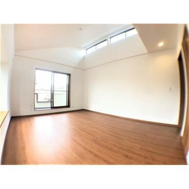 【洋室】高い位置に窓があるため陽光が入りやすくとても明るいです♪
