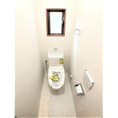 【トイレ】窓があるので換気も充分です!