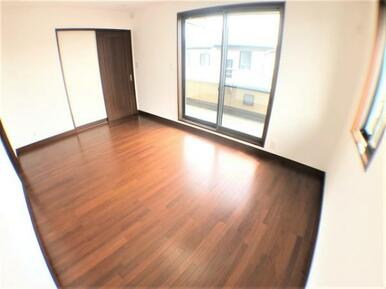 【洋室】バルコニーに面した明るい洋室