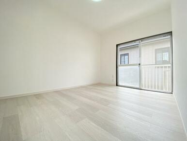 2階約6帖の東側洋室です。