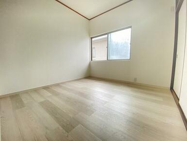 2階約4.5帖の西側洋室です。