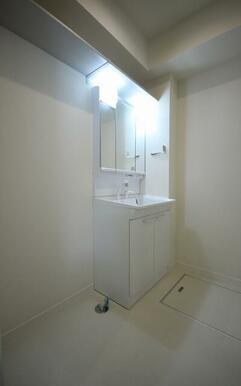 【洗髪洗面化粧台:3面鏡仕様、室内洗濯機置き場】