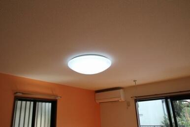 洋室に照明器具を設置致しました。
