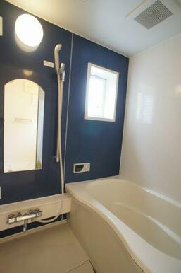 【浴室】1日の終わりは清潔感のある快適な空間で、ゆっくりと疲れを癒してください♪24時間換気システム