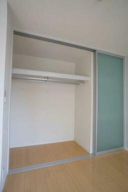 【収納】壁面の収納スペースは大きく扉が開くので、しまってあるものが一目でわかり出し入れも簡単ですよ♪