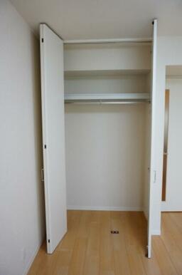 【収納】洋室には、収納を設置しております。ハンガーパイプ付きの収納です。