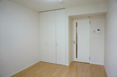 【洋室】5.9帖の洋室となっております。室内にはモニター付きインターホンを設置しております。