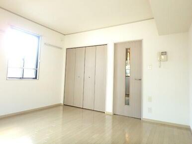 2面採光で明るい室内広々8帖