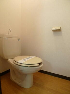 トイレ☆上部に予備ペーパーやお掃除道具の置き場に便利な棚があります♪