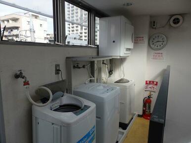 ①共用洗濯機(無料)②乾燥機(有料)