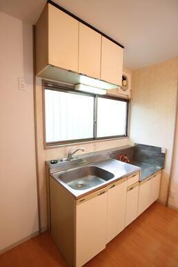 吊戸棚があり収納力のあるキッチンです♪