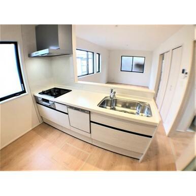 【キッチン】ゆったりスペースのオープンキッチンで居心地のよい調理空間!