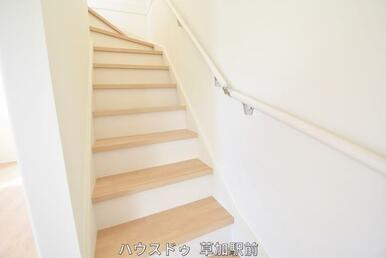 階段にはてすりが付いているので、お年寄りの方や、小さなお子様も上り下りし易くなっております!