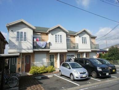 明るい色の外壁と屋根です。駐車場も敷地内で便利です。