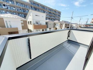 5号棟:バルコニー 上下可動式の物干し金物標準装備。南面バルコニーなので毎日のお洗濯も快適。