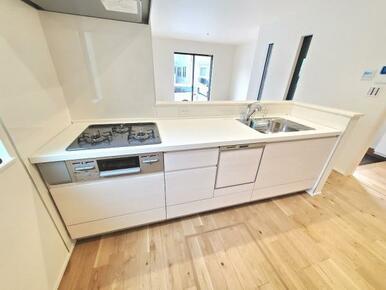 5号棟:キッチン 使いやすいオールスライド収納。食洗機・浄水栓標準装備です。