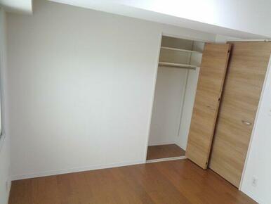 【2F洋室(約5.7帖)】上部に棚がついたクローゼットつきの洋室。